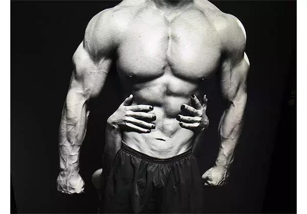 腹肌也可能不对称
